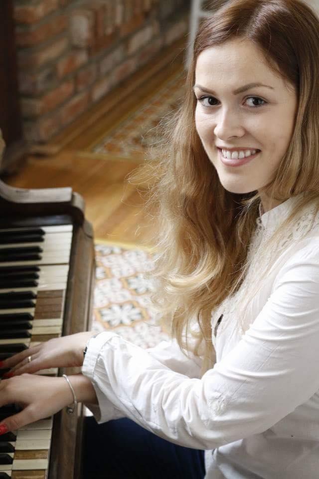 Iby, după nașterea fiicelor sale, practicând cea mai mare pasiunea a sa - muzica.