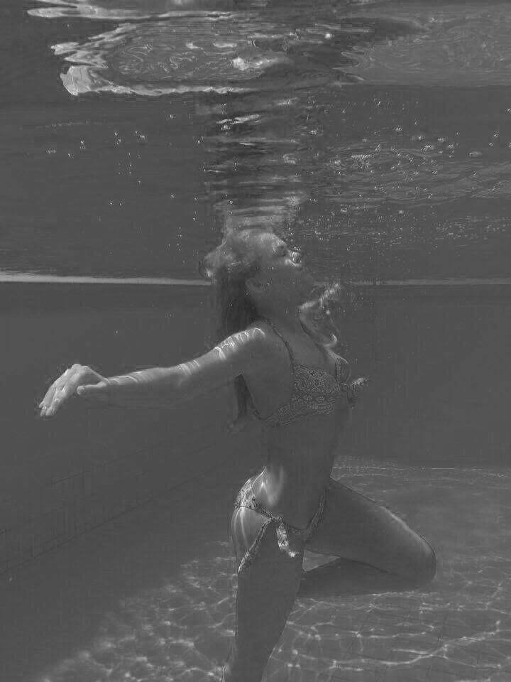 Iby, la propriu sub apă. Înainte de sarcină, atunci când corpul său era așa cum și-l dorea.
