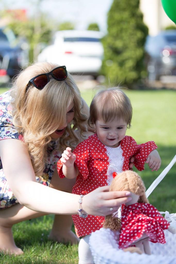 Iby și una din gemenele sale la aniversarea lor de un an.